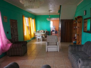 6 BED 4 BATH HOUSE FOR SALE IN GOLDEN SPRING, KINGSTON / ST. ANDREW, JAMAICA UNDER CONTRACT